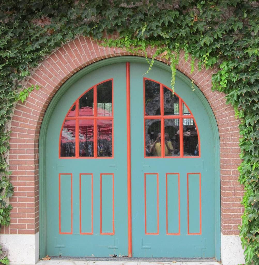 puerta restaurada pintada de verde